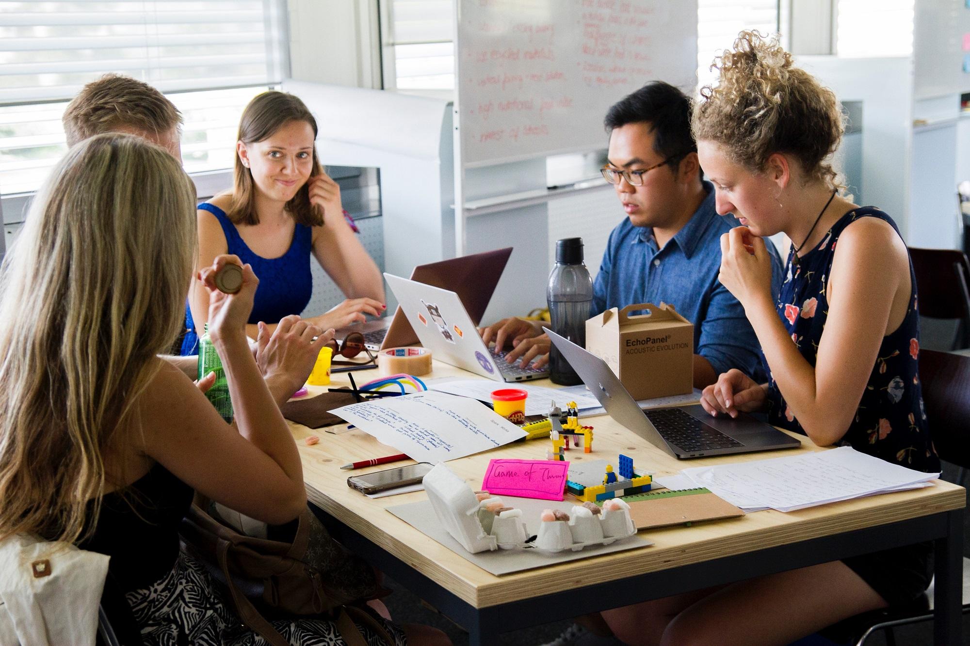 Empresa: organización de personas y actividades que comparten objetivos con el fin de obtener beneficios
