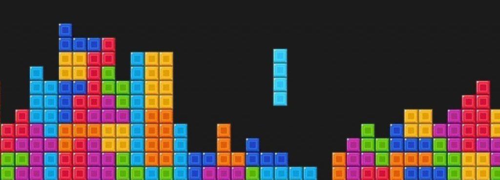 Un empresario en la etapa de funcionamiento regular tiene una lista de pendientes, que parece un juego de tetris.