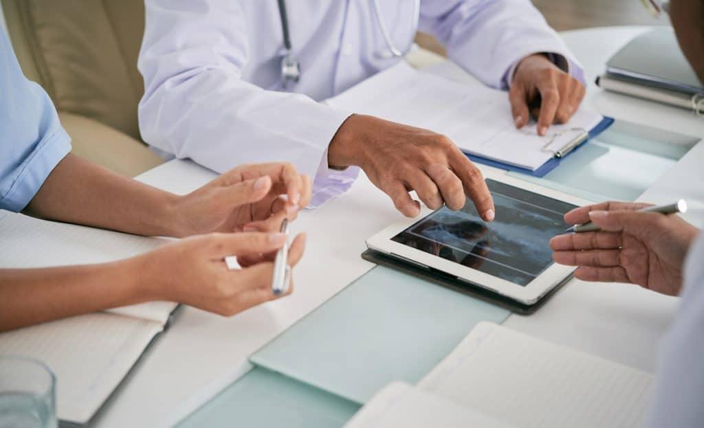 Un equipo analiza los resultados del diagnóstico, tal como lo hace un grupo médico frente a un caso complejo.