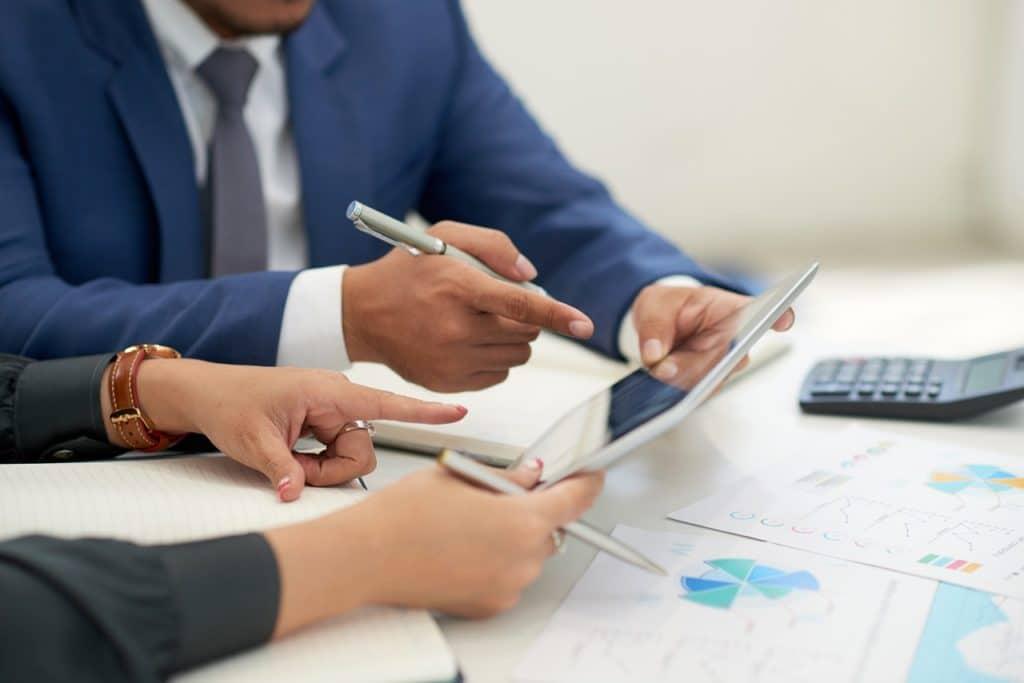 Un sistema de gestión documental asegura la información organizada, que puede ser recuperada de manera eficiente.