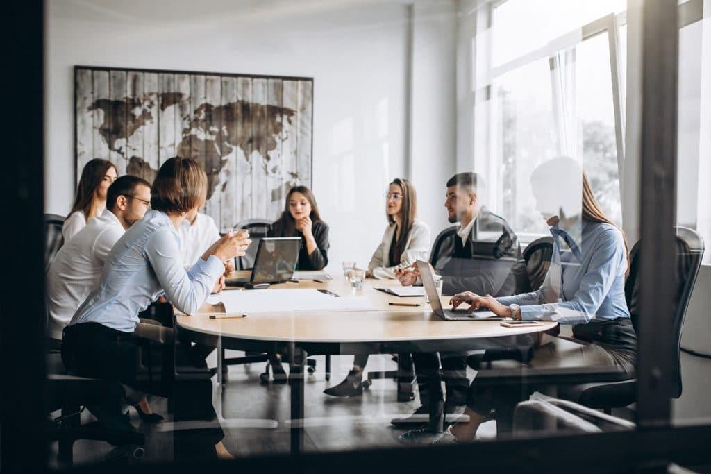 Las reuniones con los equipos que mantienen contacto directo con el cliente son cruciales para crear el customer journey.