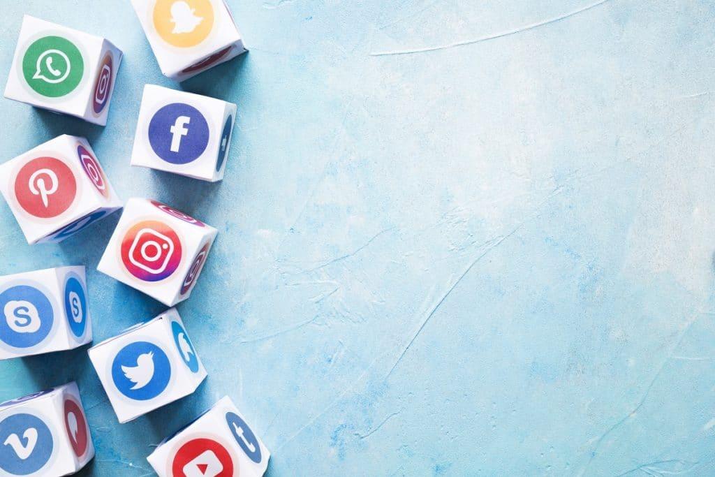 Con las redes sociales, potencia tu negocio hacia el éxito.